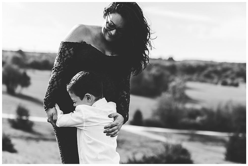 werdende mama im Kleid im eselsburger Tal