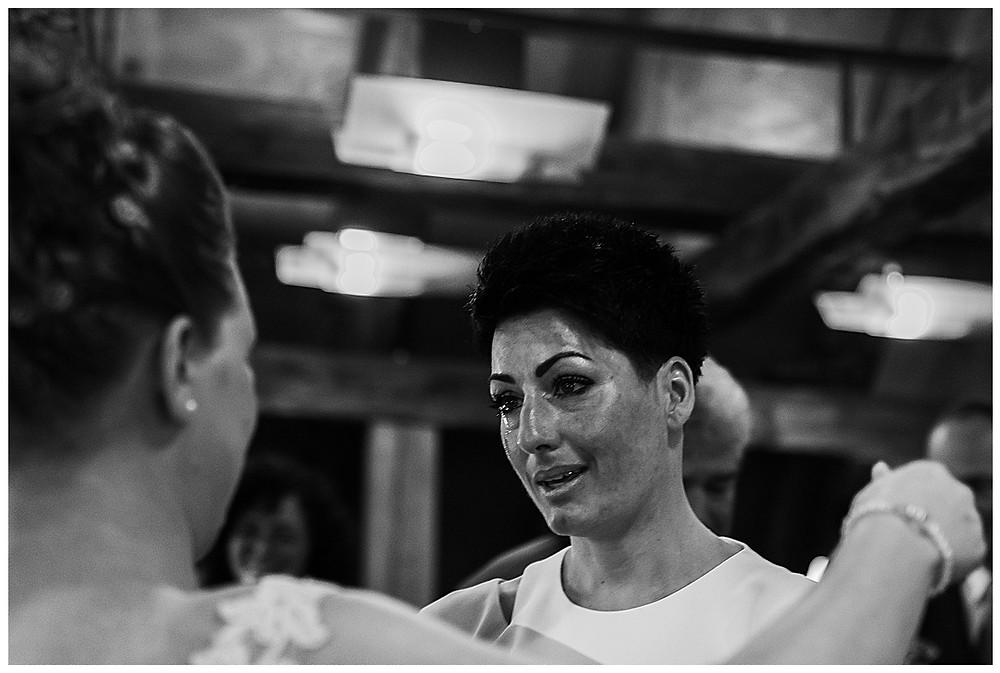 Gratulation des Brautpaares im Standesamt Langenau Schwägerin weint