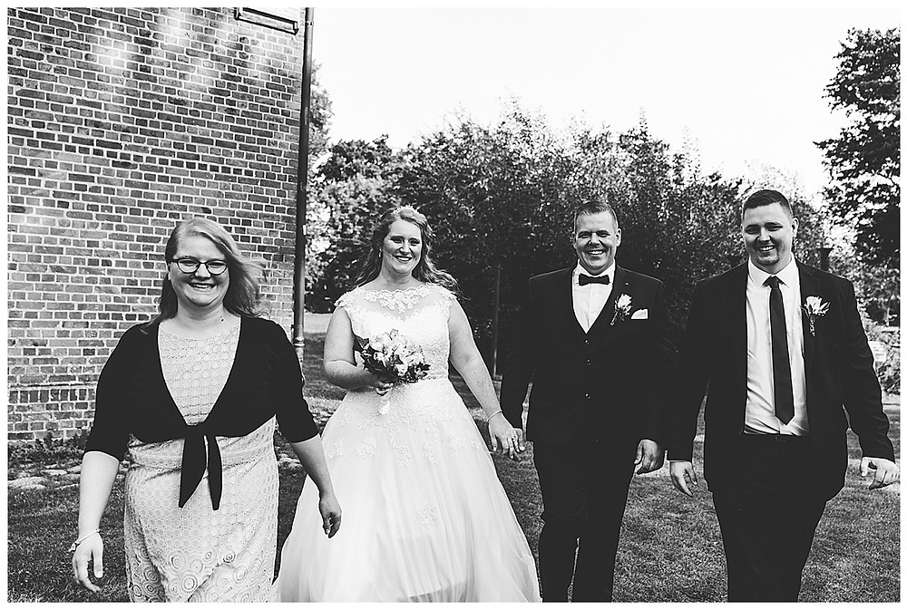 Brautpaar und Trauzeugen am Rathaus Ammersbek beim Fotografieren