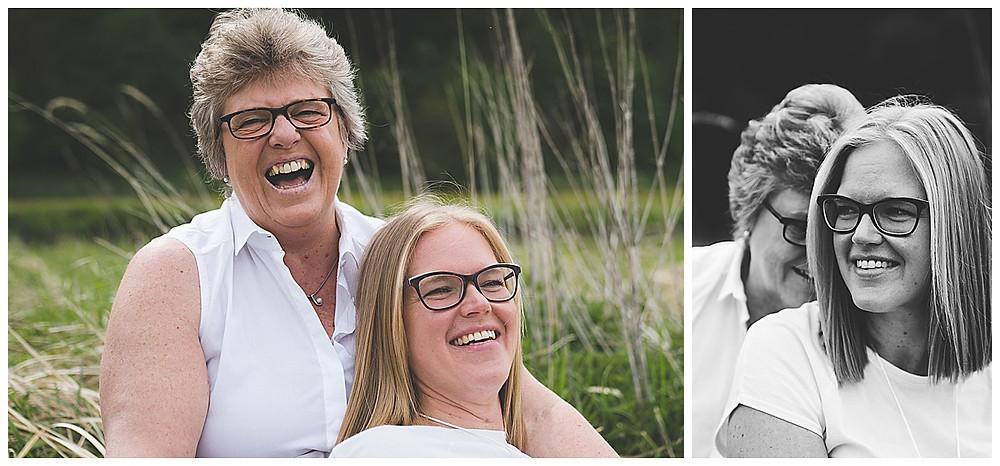 Mama und Tochter sitzen im Gras und lachen