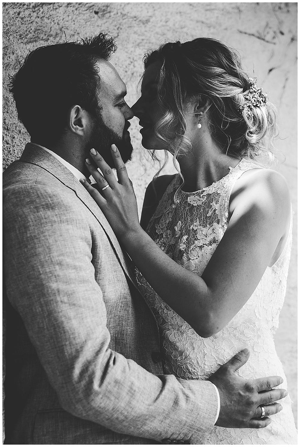 Brautpaar küssen sich