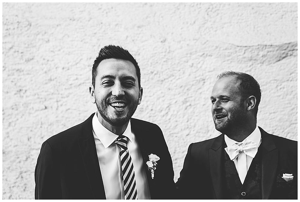 Kirche Scharenstetten Hochzeit  Trauzeuge mit Bräutigam