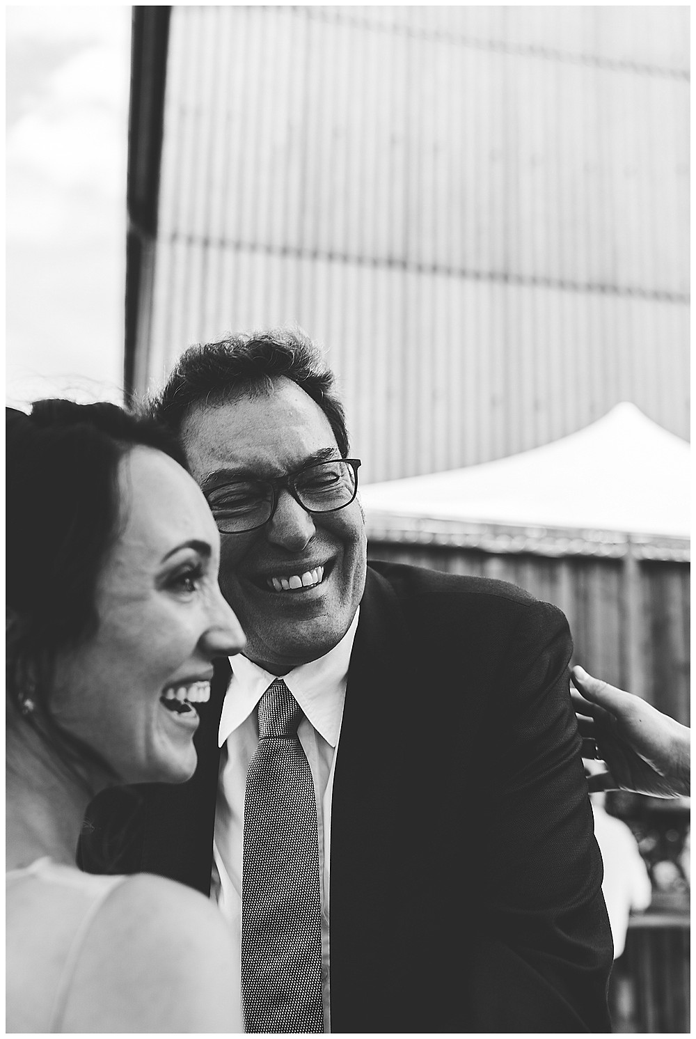 Papa gratuliert seiner Tochter an Hochzeit lacht