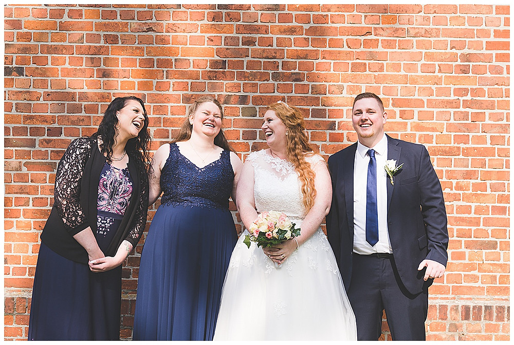 Braut und Geschwister lachen