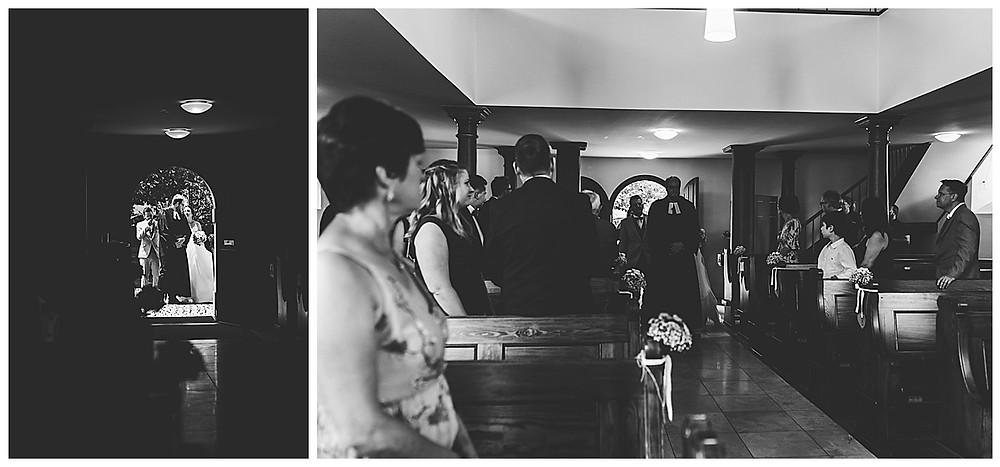 Brautpaar läuft in Kirche ein