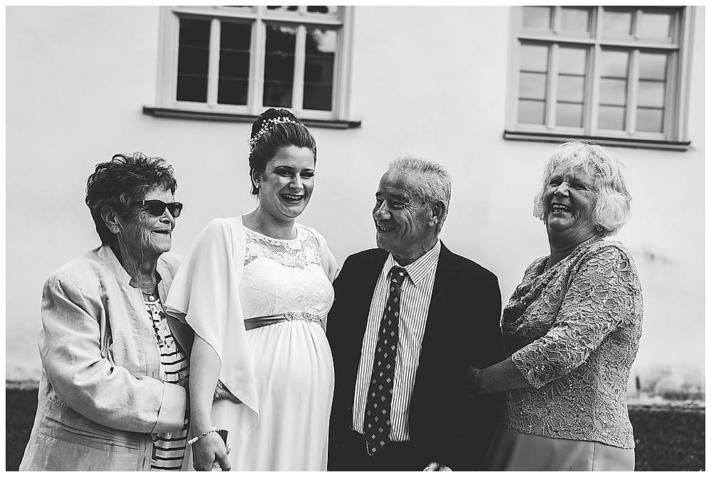 Braut mit Großeltern lachend Hochzeitsfotograf Heidenheim Kloster Herbrechtingen