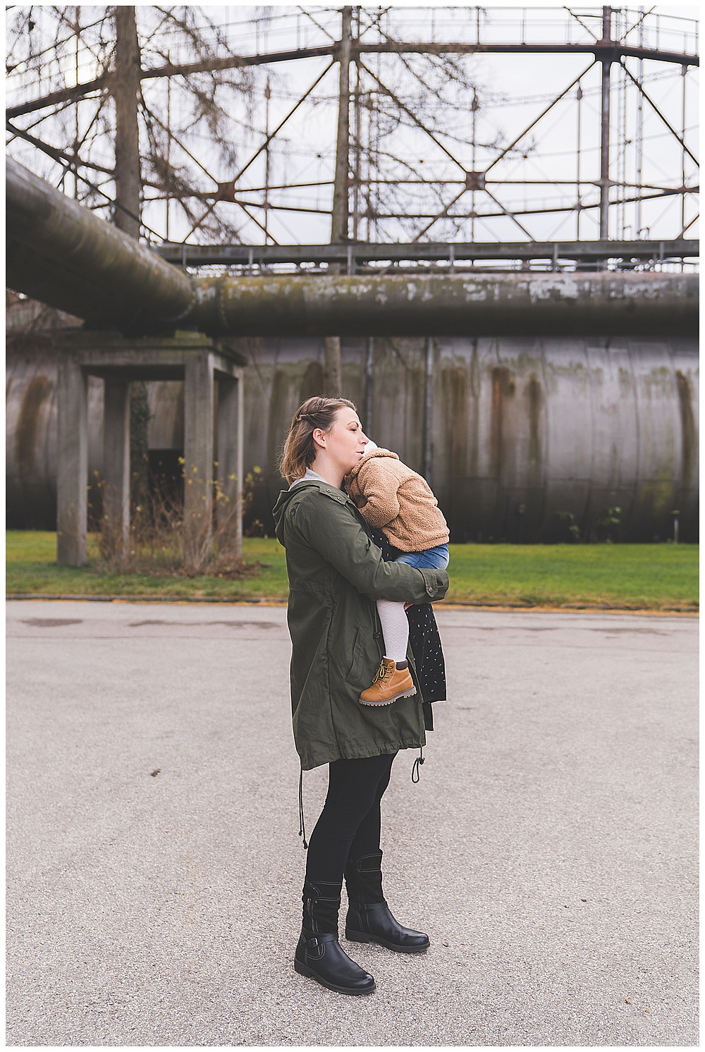 schwangere Frau im Gaswerk bei Babybauchfotos