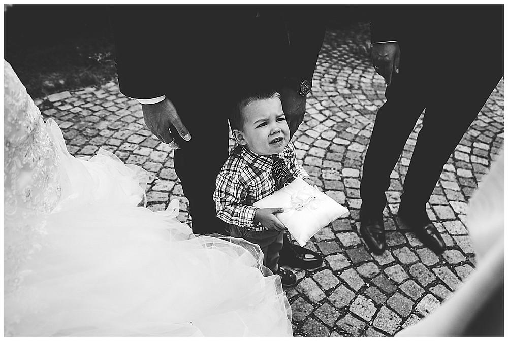 Kind hält Ringkissen