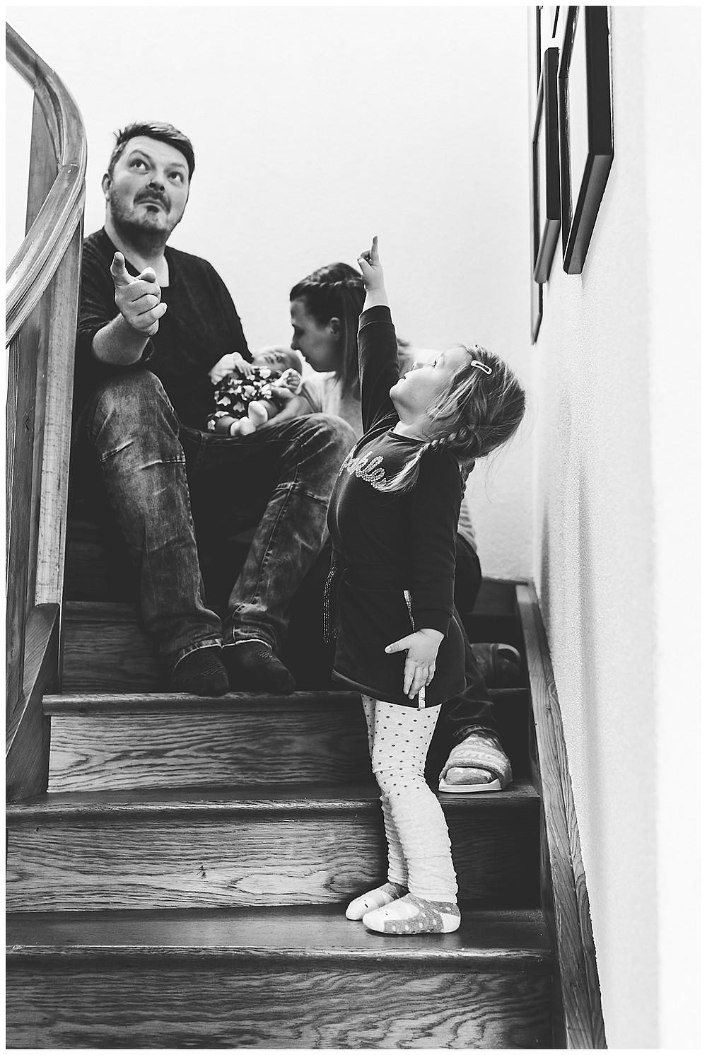 familienshooting in Augsburg auf der Treppe im haus