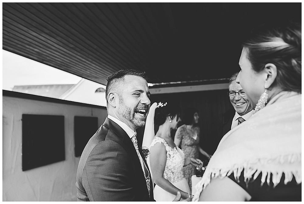 Gratulation bei der Hochzeit  lachende Gesichter