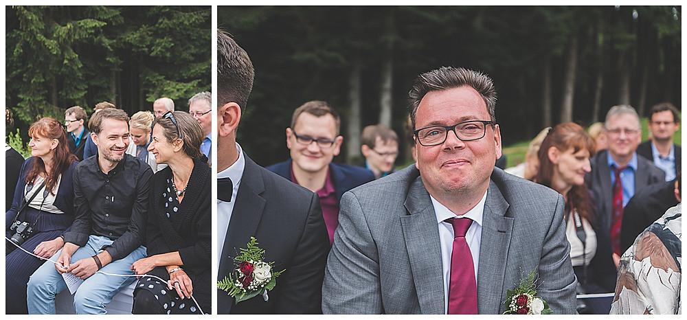 Alm Hochzeit Bad Feilnbach Gäste auf der Bank