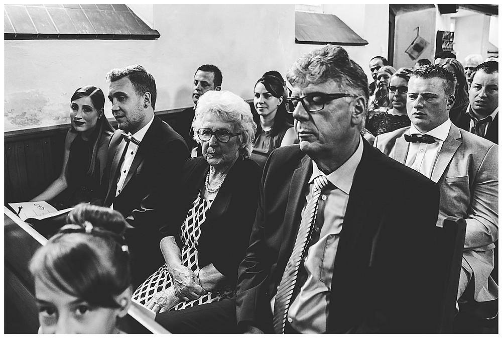 Kirche Scharenstetten Hochzeit  Gäste in der Kirche