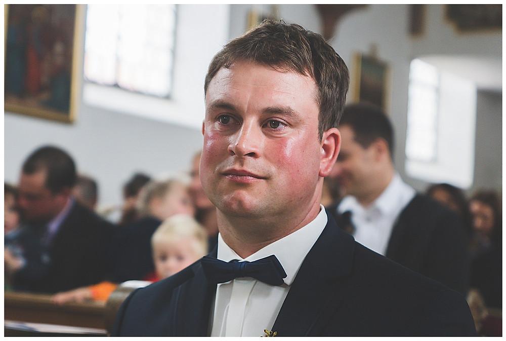 Bräutigam weint in der Kirche