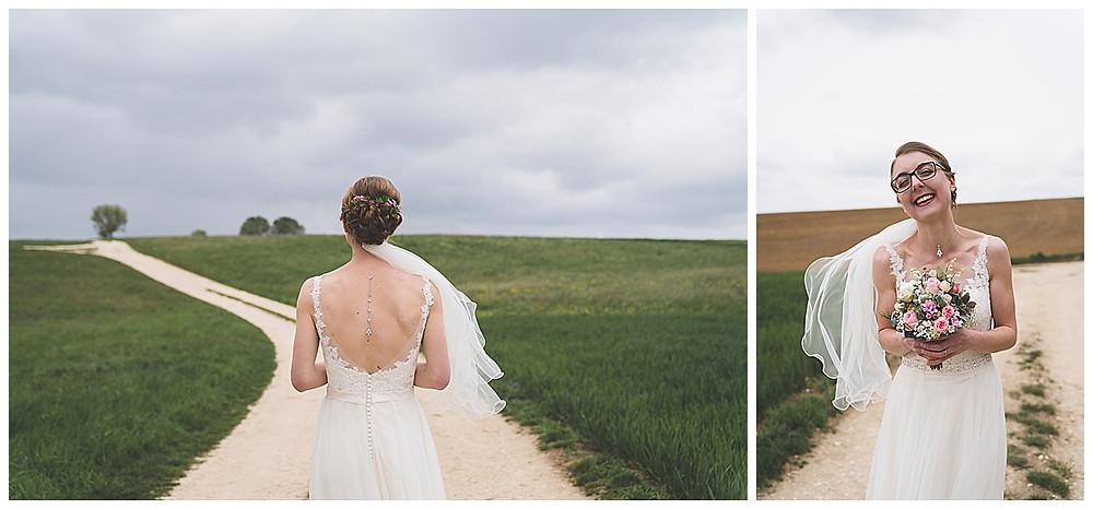 Brautportrait mit Blumenstrauß am Feldweg