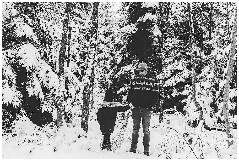 Kind und Papa im Schnee