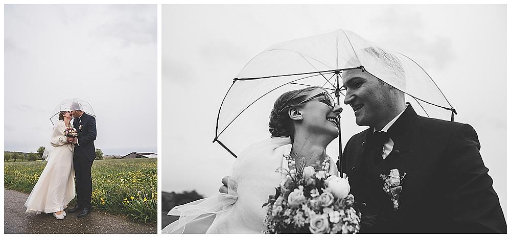 Brautpaarshoot stehend und küssend unterm Regenschirm