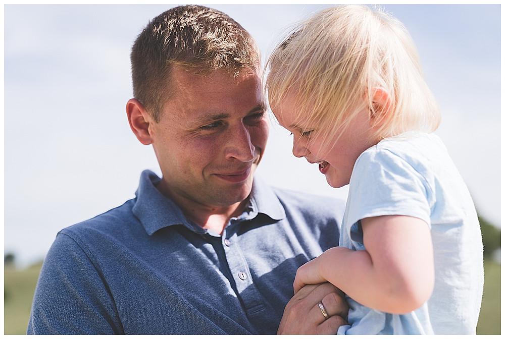 papa kitzelt seine Tochter beim Fotoshootings in heidenheim