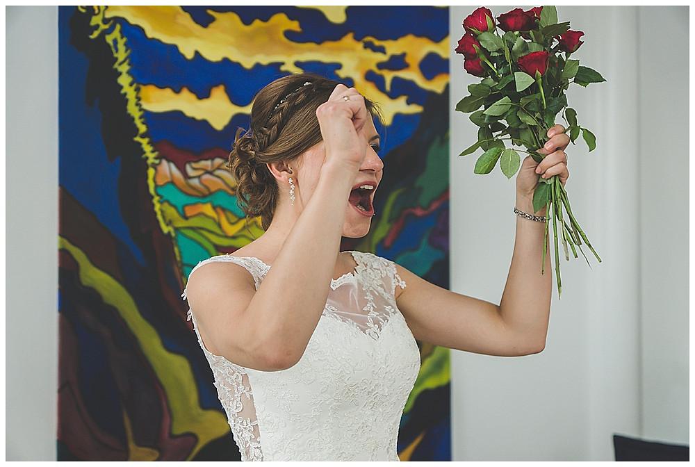 Braut freut sich Standesamtliche Hochzeit Allgäu