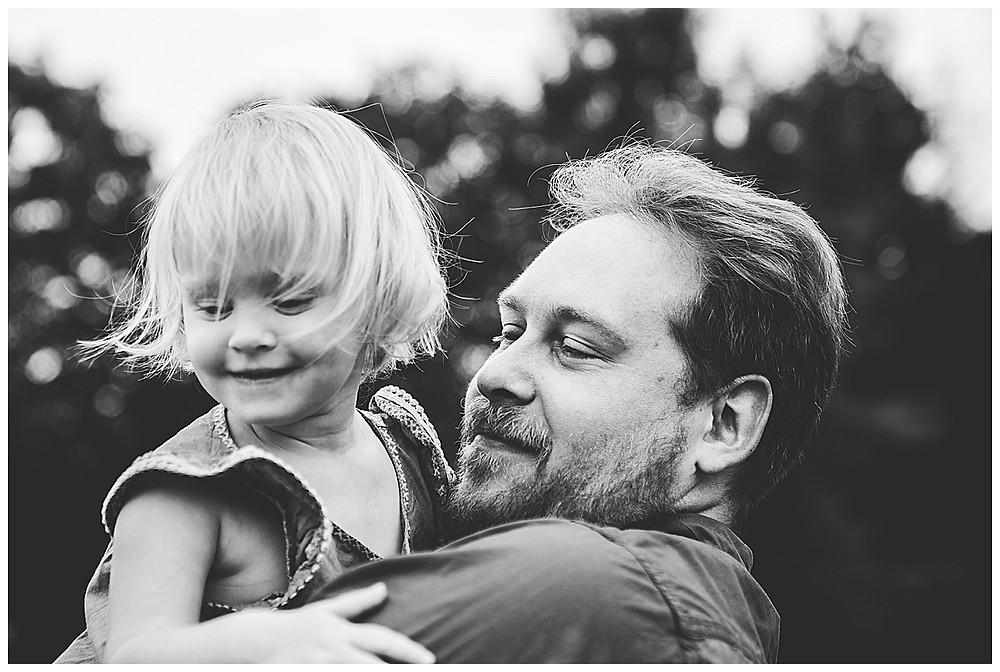 Papa trägt Tochter