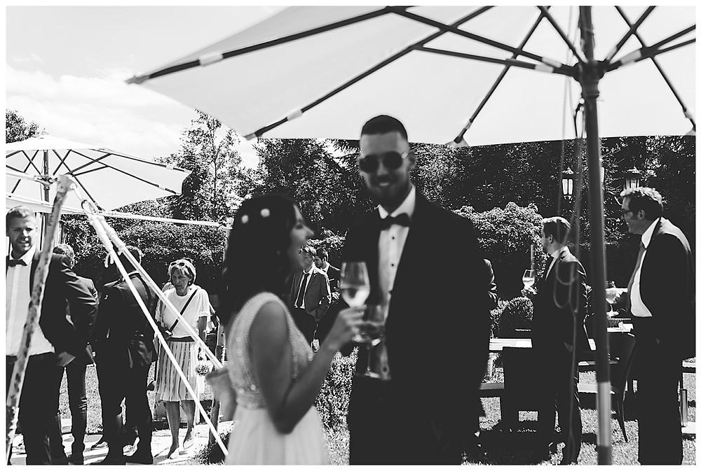 Gäste lachen an Hochzeit und trinken