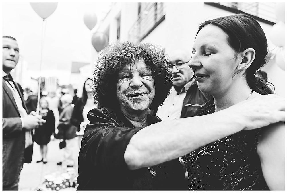 Gratulation Brautpaar vor Rathaus Gersthofen  Mama der Braut weint