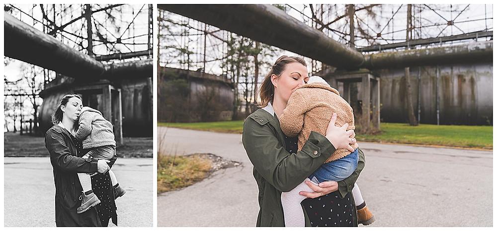 schwangere Mama kuschelt mit großem Kind auf Arm