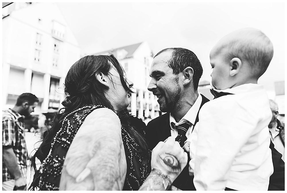 Bruder der Braut gratuliert mit Kind auf Arm