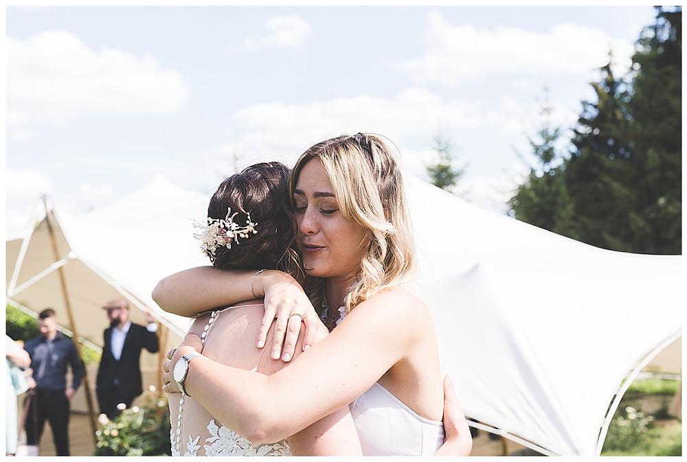 Braut wird von Freundin umarmt