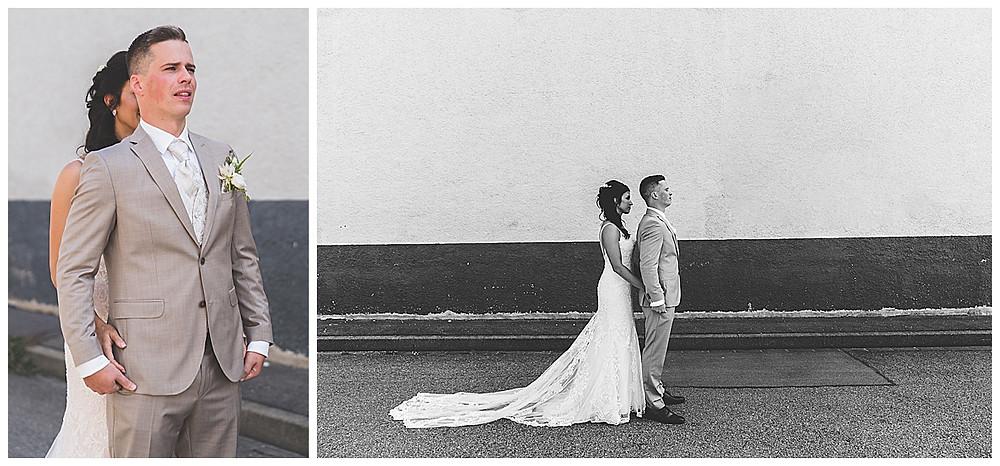 Hochzeitsfotograf Heidenheim First Look Industriegebiet Brautpaar berührt sich