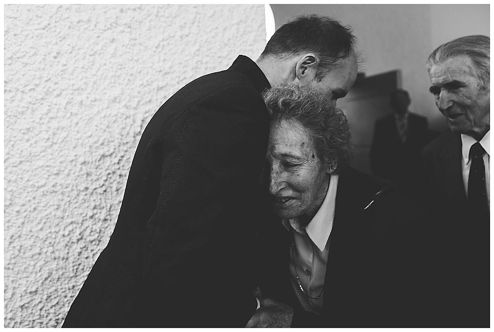 Gratulation an Hochzeit  Bräutigam Mama umarmt Sohn