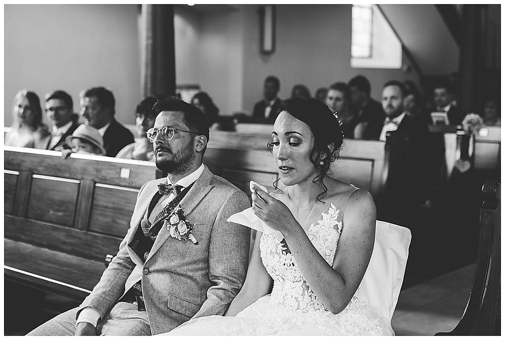 Brautpaar in Kirche weint