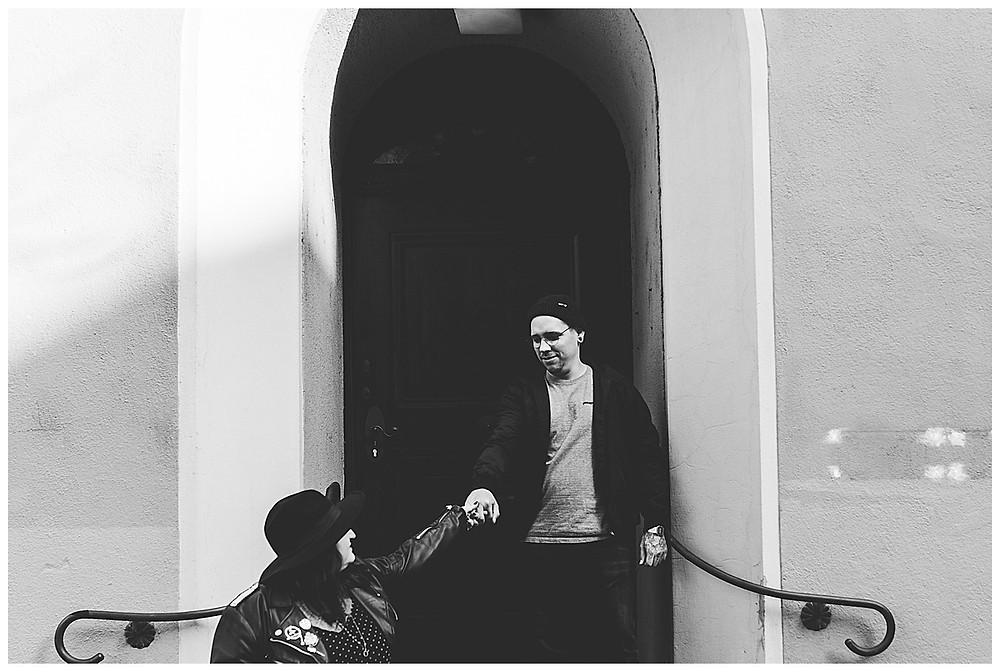Frau zieht Mann von Treppe