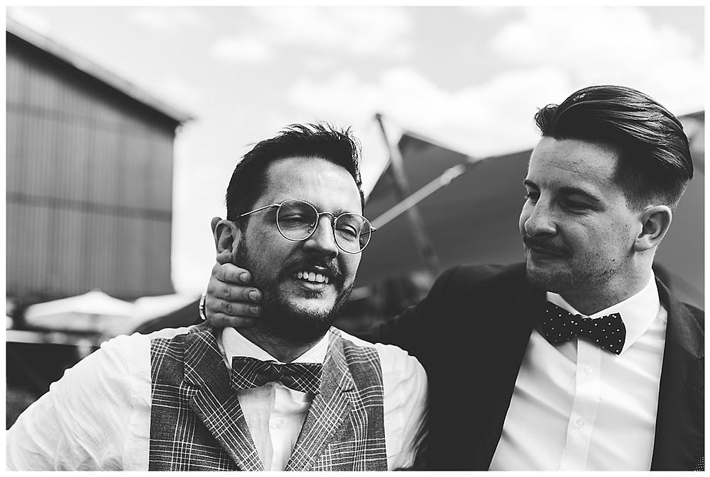 Freund umarmt Bräutigam der weint