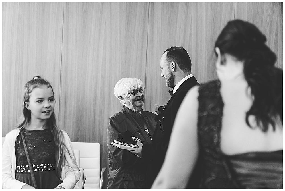 Oma gratuliert Bräutigam