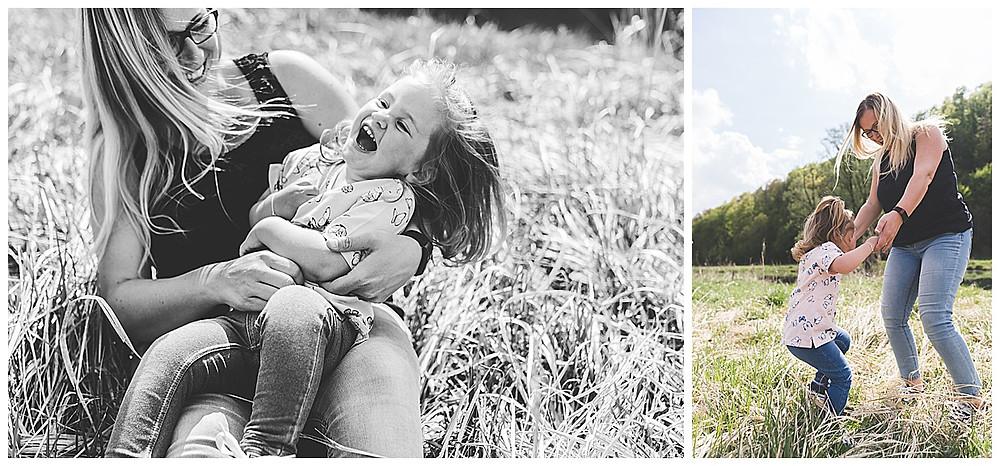 Mama und Kind toben beim Shooting