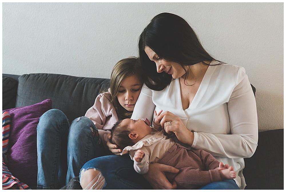 Familienkuscheln mit dem Baby auf der Couch