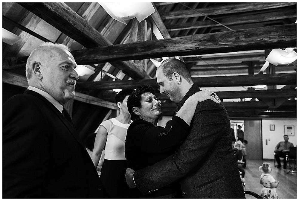 Gratulation des Brautpaares im Standesamt Langenau Bräutigam mama weint