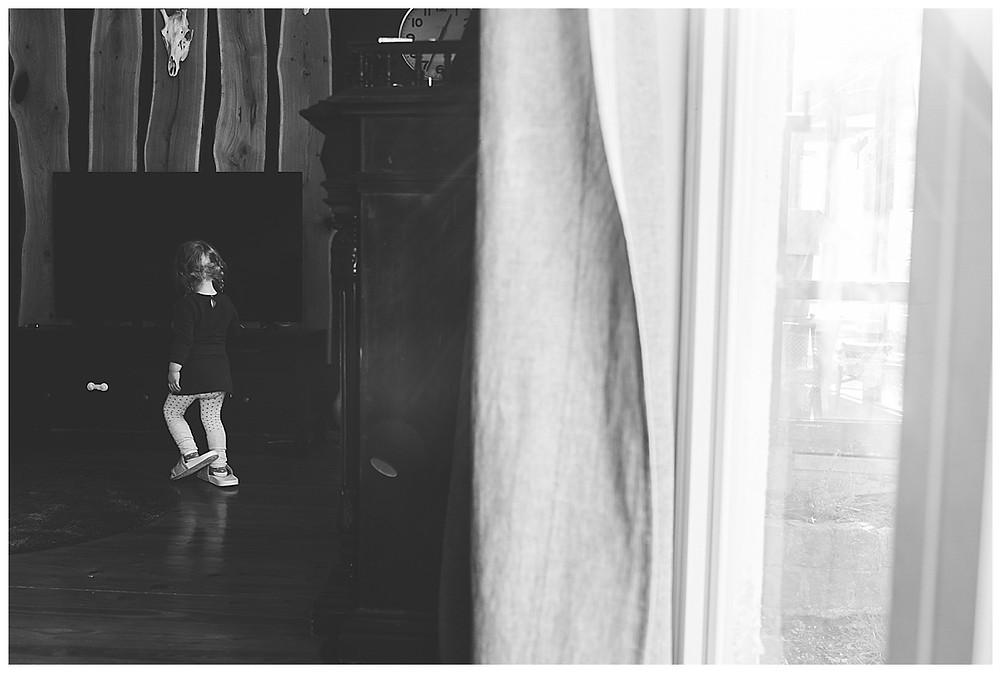 mädchen tanzt durch die Wohnung