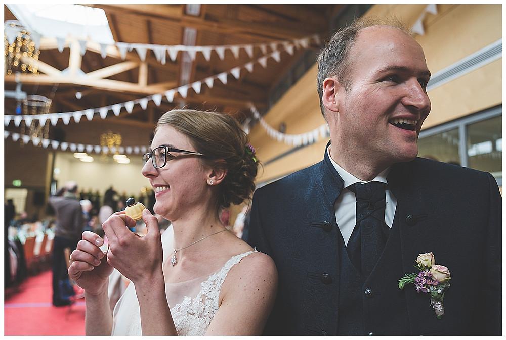 Hochzeitsfeier in der Turnhalle Kuchen essen