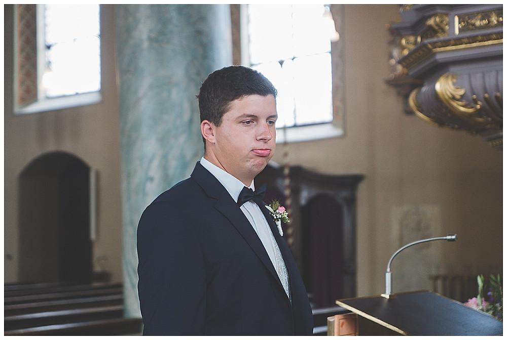 Bräutigam wartet auf Braut in Kirche Neu-Ulm