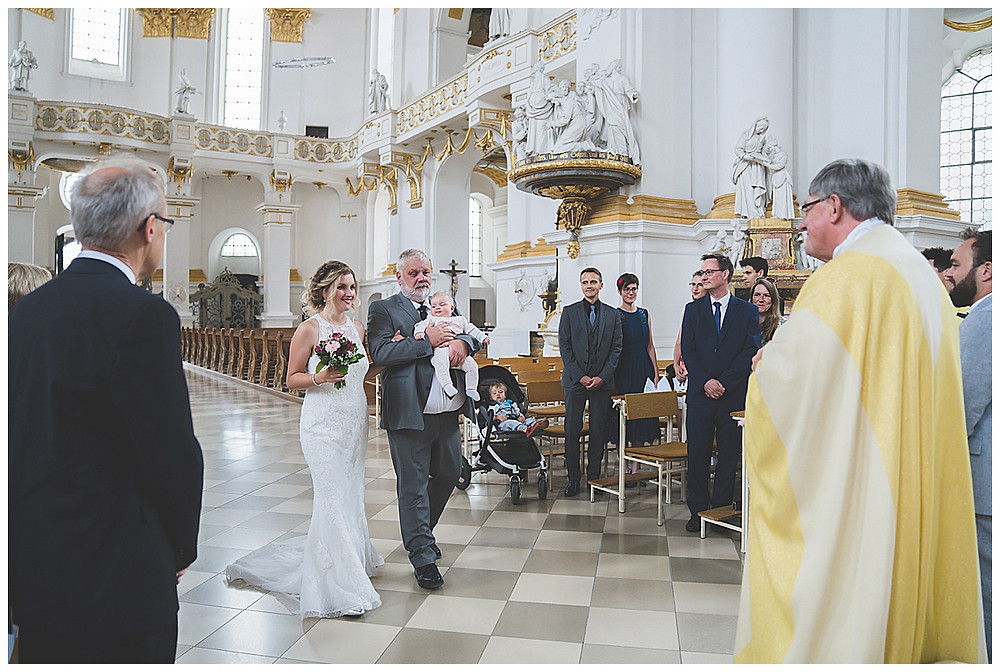 Braut an Hand von Papa
