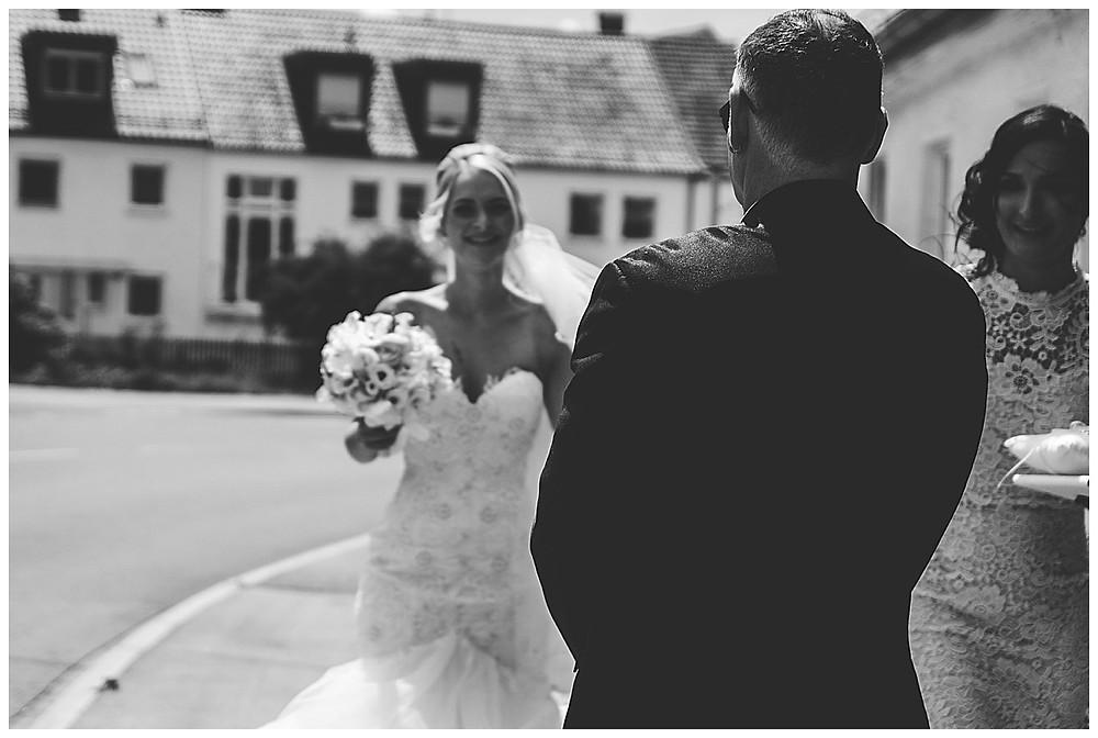Brat läuft auf Papa zu heiraten in Augsburg