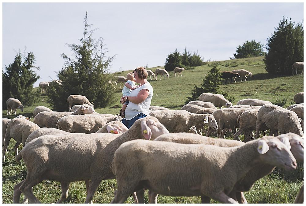 mama und Sohn bei den Schafen