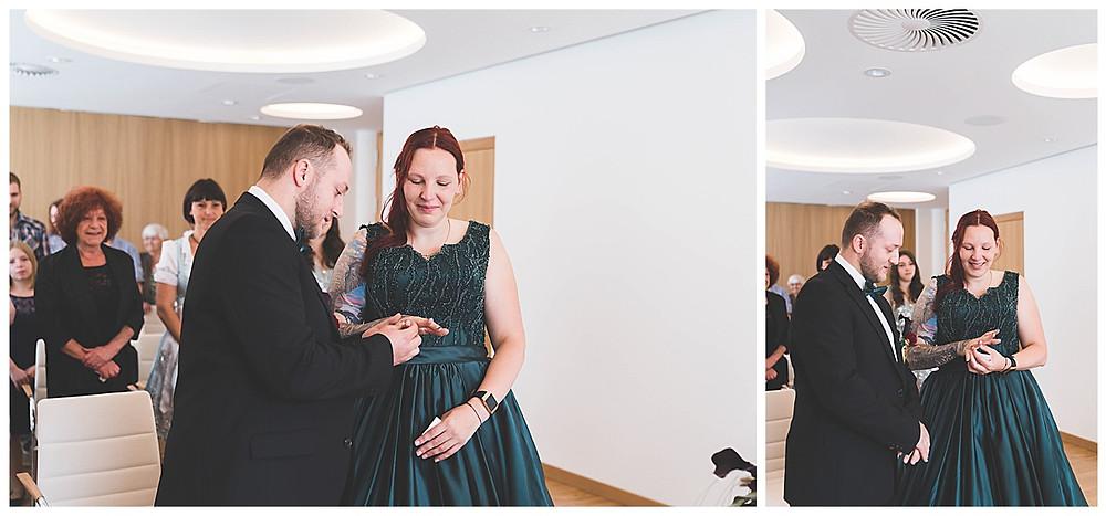 Ringwechsel bei  Trauung lachend im Rathaus Gertshofen