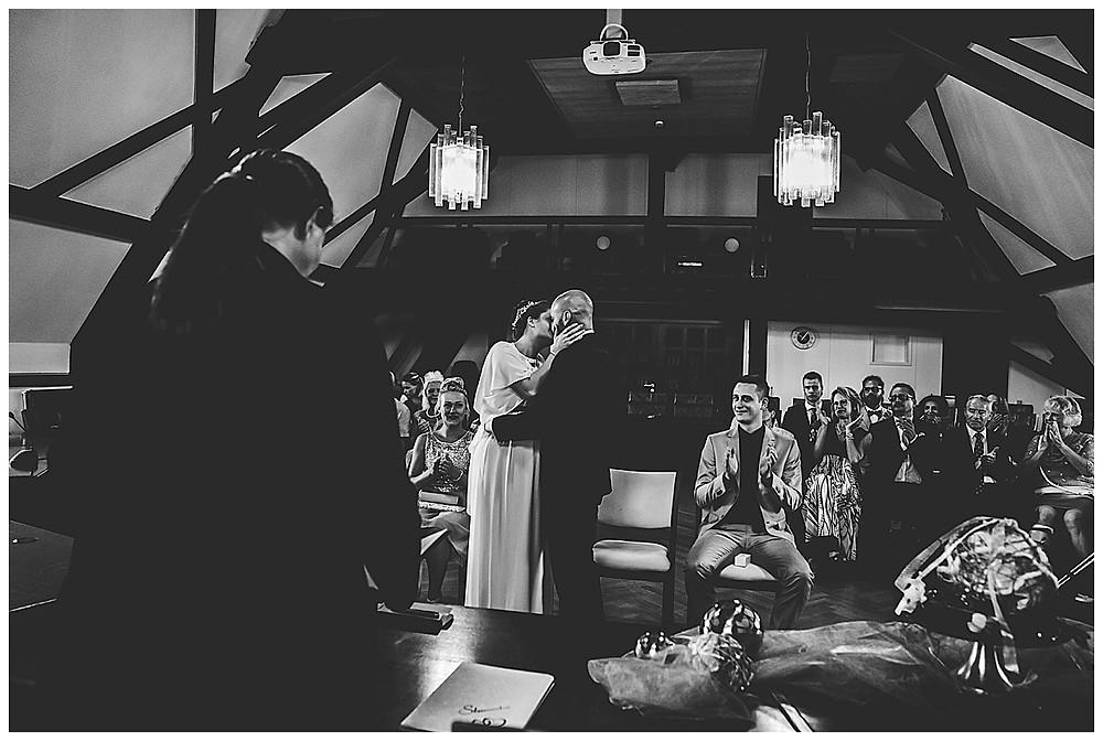 Kuss im Standesamt Giengen Hochzeitsfotograf Heidenheim
