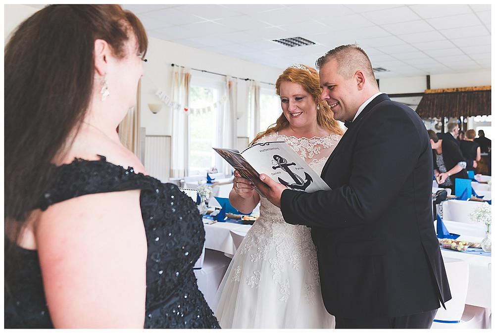 Brautpaar bei Feier