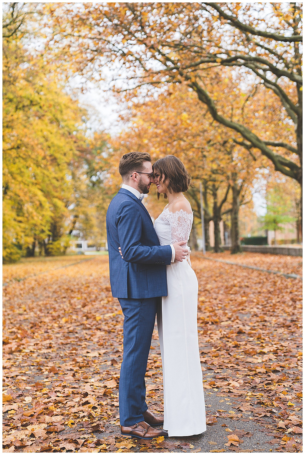 Brautpaar im Herbstlaub