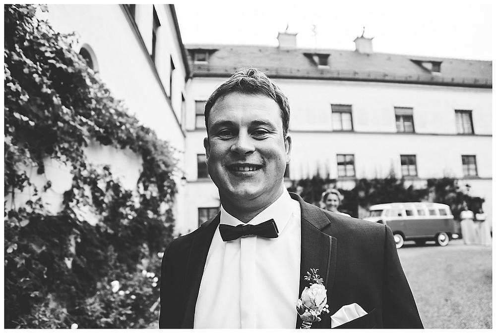 Bräutigam wartet vor Schloss Babenhausen auf seine Braut