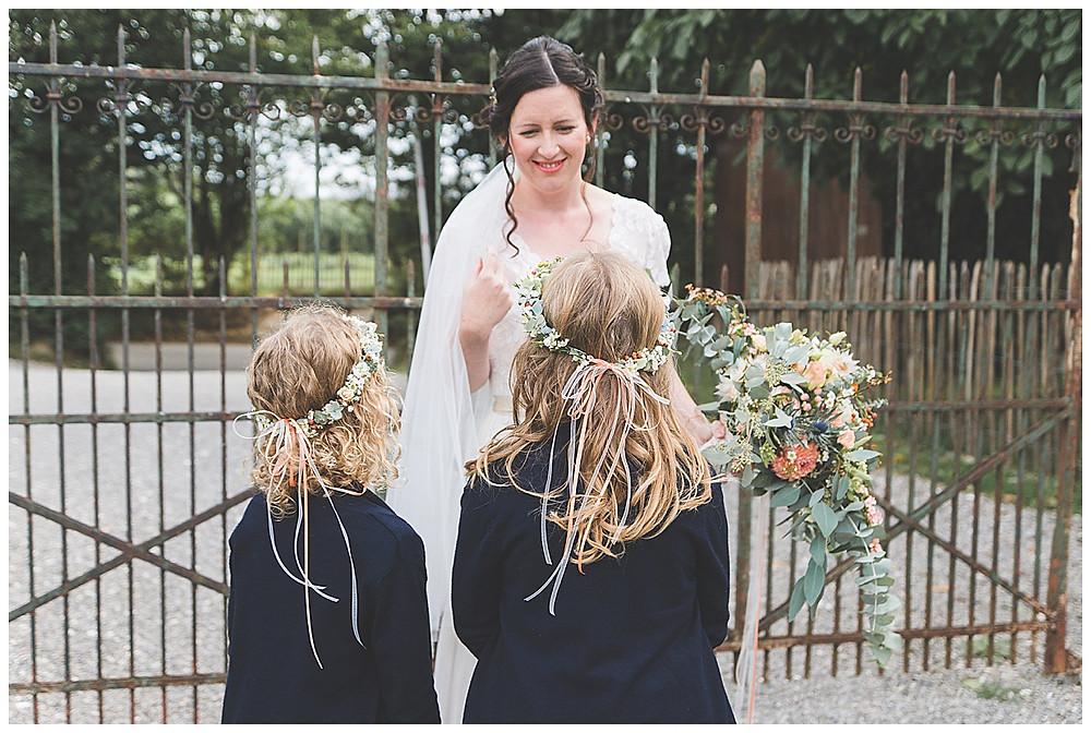 Blumenkinder und Braut