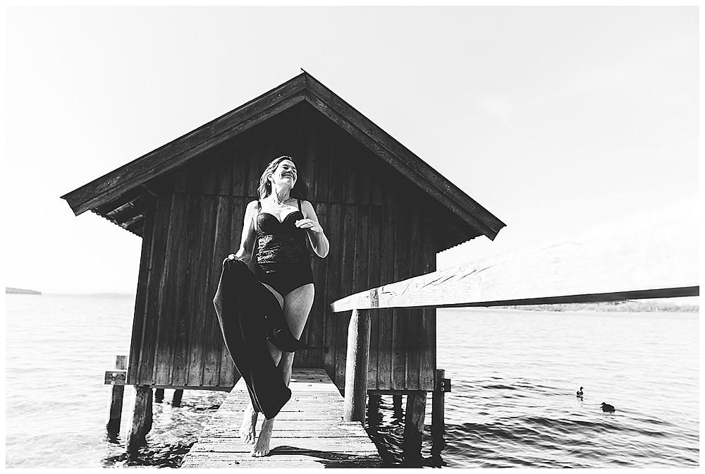Frau in Dessous hüpft auf Steg